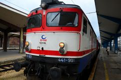 Voorzijde van de Spoorwegen diesel van Bosnië elektrische die locomotief bij het station van Sarajevo wordt geparkeerd stock foto's