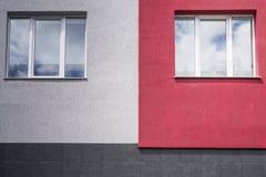 Voorzijde van een gebouw met vensters Stock Foto's