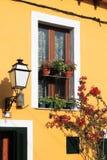 Voorzijde van een mediterraan Huis stock afbeelding
