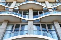 Voorzijde van een modern flatgebouw. Stock Foto