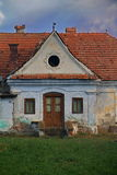 Voorzijde van een oud huis Stock Foto's
