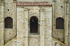 Voorzijde van een preRomanesquekerk Stock Afbeeldingen
