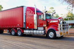 Voorzijde van een rode vrachtaanhangwagen, het vervoer van de wegtrein in Australië royalty-vrije stock afbeelding