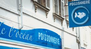 Voorzijde van een vishandelaar in het stadscentrum van Noirmoutier, Frankrijk stock foto's