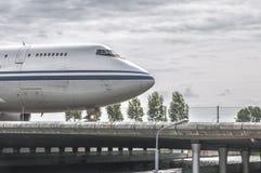 Voorzijde van een vliegtuig die over een baanbrug drijven stock afbeeldingen