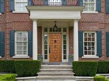 Voorzijde van elegant gemodelleerd huis stock fotografie