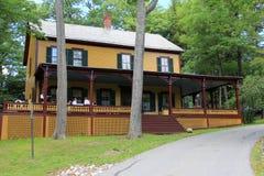 Voorzijde van Grant Cottage, met mensen op portiek, Saratoga, New York, 12866 worden verzameld die stock foto's