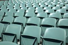 Voorzijde van groene stadionzetels Stock Foto's