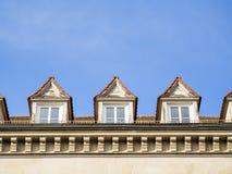 Voorzijde van huis met blauwe hemel Royalty-vrije Stock Fotografie