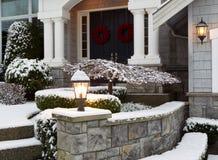 Voorzijde van Huis tijdens de de Wintervakantie Stock Foto's