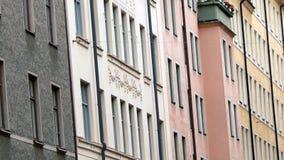 Voorzijde van huizen in de stad stock fotografie