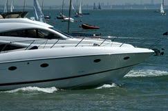 Voorzijde van machtsboot op het water Stock Afbeelding
