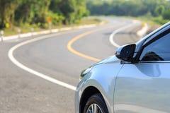 Voorzijde van nieuw zilveren autoparkeren op de asfaltweg Stock Foto's