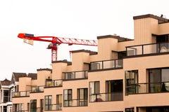 Voorzijde van nieuwe flatgebouw en torenkraan Stock Fotografie