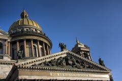 Voorzijde van St. Isaac Kathedraal in Petersburg Stock Foto's