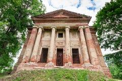 Voorzijde van verlaten tempel Brede hoekspruit Royalty-vrije Stock Afbeeldingen