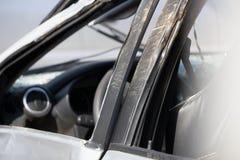 Voorzijde van wit auto of van de Pick-upsneerstorting ongeval op straat Geïsoleerdj op witte achtergrond Sparen met het knippen v stock fotografie