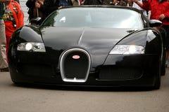 Voorzijde van zwarte bugatti veyron