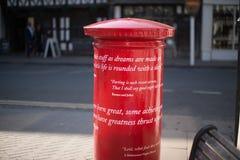Vorübergehende Übertragungen auf lokalen Briefkasten in Stratford nach Avon lizenzfreies stockfoto