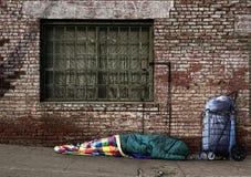 Vorübergehende heimatlose Seele, die auf den Straßen schläft Stockbild