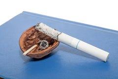Vorübergehender Aschenbecher mit Zigarette Lizenzfreie Stockfotos