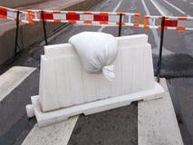 Vorübergehendes Fechten auf Straße Stockfoto