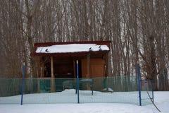 Vorübergehendes Gebäude im Schnee Stockfotos