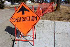 Vorübergehendes Zeichen des Baus voran auf einem Bürgersteig Lizenzfreie Stockbilder