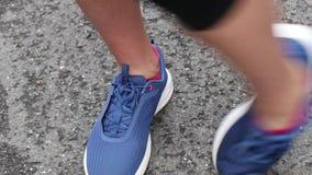 Vor dem Betrieb des Marathons ein Mädchen wärmt auf stock footage