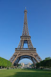Vor dem Eiffelturm Stockfotografie