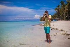 Vor dem jungen Mann der Kamera mit Kamera herein Lizenzfreie Stockfotos