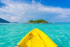 Vor dem Kayak fahren im Meer in Lipe-Insel Lizenzfreie Stockbilder