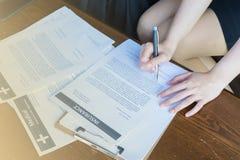 Vor dem Versicherungsvertrag sollte sorgfältig lesen Lizenzfreies Stockfoto