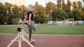 Vor der Ausbildung das junge Mädchen knetet stock video footage