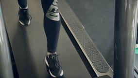 Vor der Ausbildung junger Athlet geht entlang Tretmühle in der Turnhalle stock footage