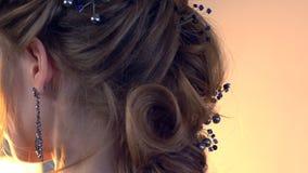 Vor der Heirat Maskenbildner und Friseur bereiten Braut vor Friseur-Stilist mit kurzer stilvoller Frisur wendet Make-up an stock video