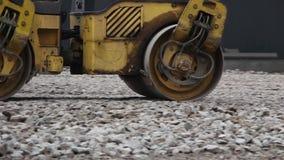 Vor der Installierung des Pflastersteins Rolle rollt den Boden stock video