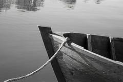 Vor einem alten Boot Lizenzfreies Stockfoto