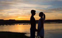 Vor einem Sonnenuntergang-Kuss Lizenzfreies Stockfoto