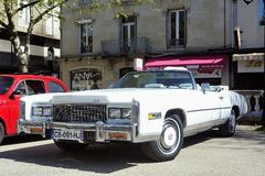 Vor einem weißen Cadillac-Eldorado 1970 Stockfotos