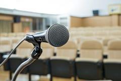 Vor einer Konferenz die Mikrophone vor leeren Stühlen Stockfotos