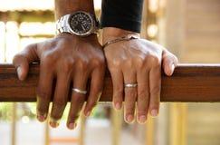 Vor Heiratsfotoaufnahme durch das Zeigen des Verlobungsrings Lizenzfreies Stockfoto