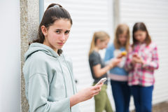 Vor jugendlich Mädchen, das durch Textnachricht eingeschüchtert wird Lizenzfreie Stockfotografie