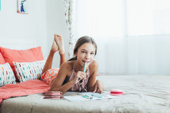 Vor jugendlich Mädchen, das Schulhausarbeit tut Stockfotografie