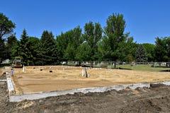 Vor kurzem gegossene Grundlage mit Sand bedeckte den Boden Lizenzfreie Stockbilder