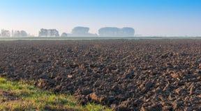 Großes Feld des kahlen Ackerlands bereit zur folgenden Bearbeitung Stockbild