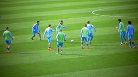 Vor-Match-Aufwärmen von Fußball-Spielern stock video footage