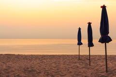 Vor Sonnenaufgang auf dem Strand Stockfotos