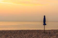 Vor Sonnenaufgang 0n der Strand Lizenzfreie Stockbilder