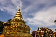 Vora vihan, Chedi di Wat Pra That Chomthong in Chiangmai  Immagine Stock Libera da Diritti